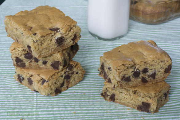 Gluten-free Dairy-free Chocolate Chip Cookie Bars by dailyforage.com